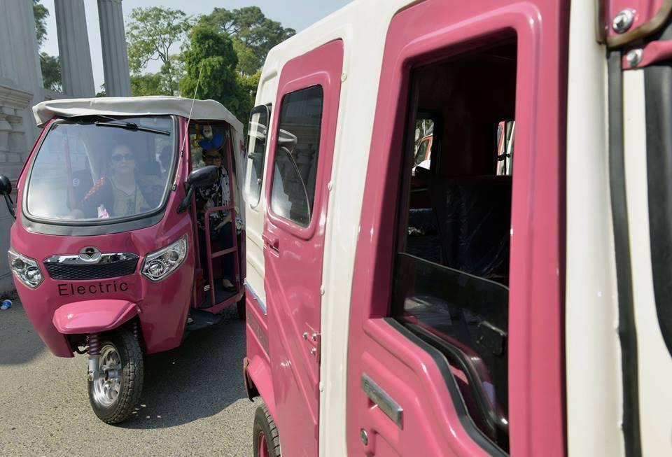 Girls Enjoy Gulabi (Pink) Rickshaw in Lahore