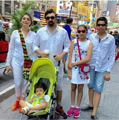 ‎Nida Yasir‬ & ‪Yasir Nawaz‬ With Their Kids In ‪‎USA‬