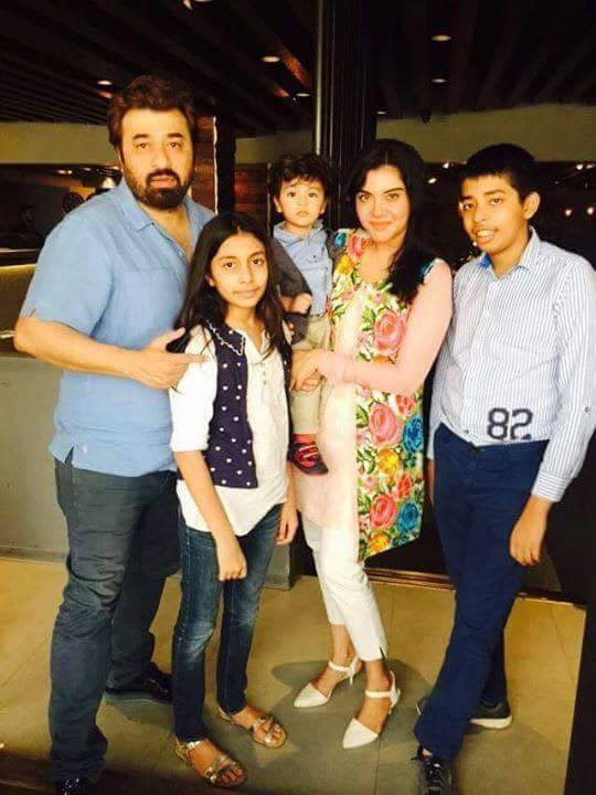 ‎Nida Yasir‬ with Family