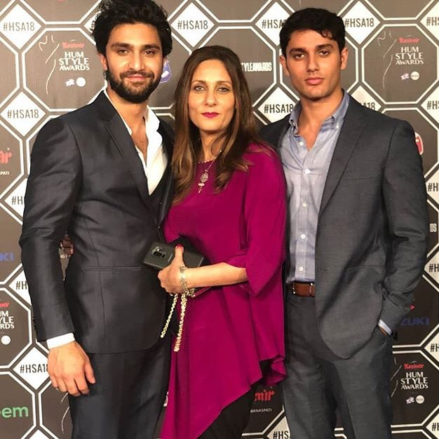 Ahad Raza Mir With His Brother & Mother At Hum Style Awards