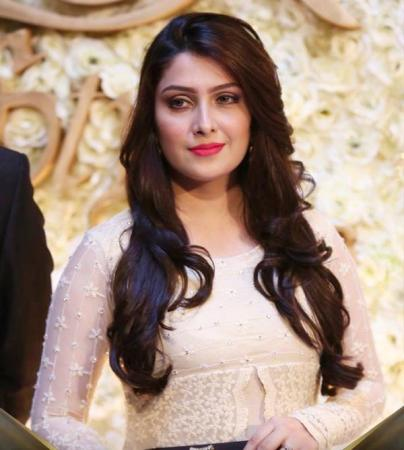 Ayeza Khan Won Best Actress Award in LSA 2015