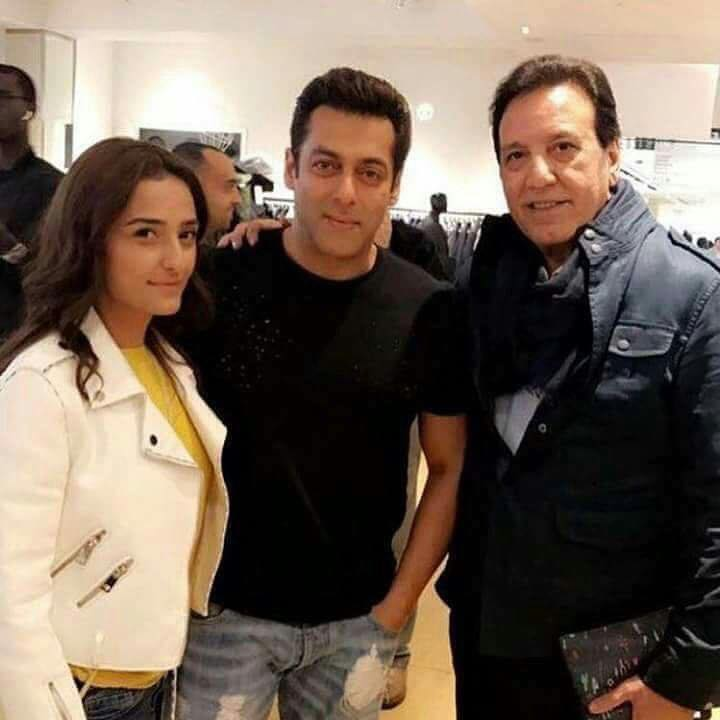 Momal Shiekh & Javed Shiekh With Salman Khan In London