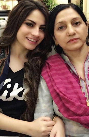 Neelam Muneer With Her Mother
