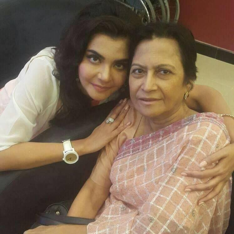 Nida Yasir With Mom