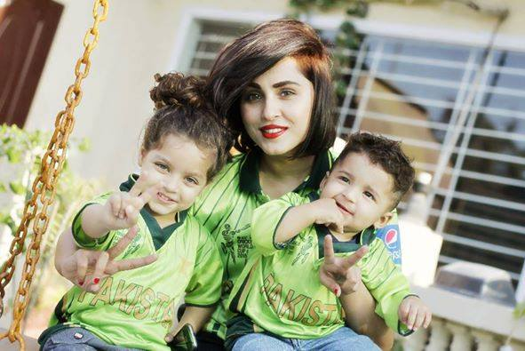 Nimra Khan With Her Siblings Supporting Pakistan Team