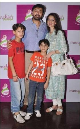 Noman Ijaz Family Group Photo