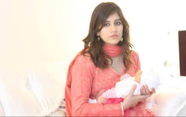 Syra Yousuf With Her Daughter