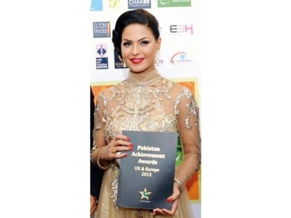 Veena received Most Successful Pakistani Entertainer in UK