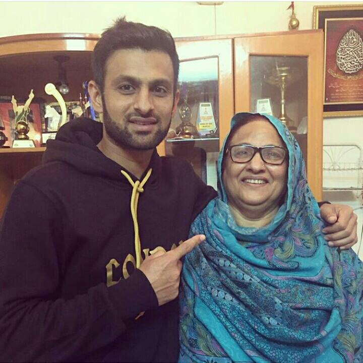 ‎Shoaib Malik‬ with his Mother