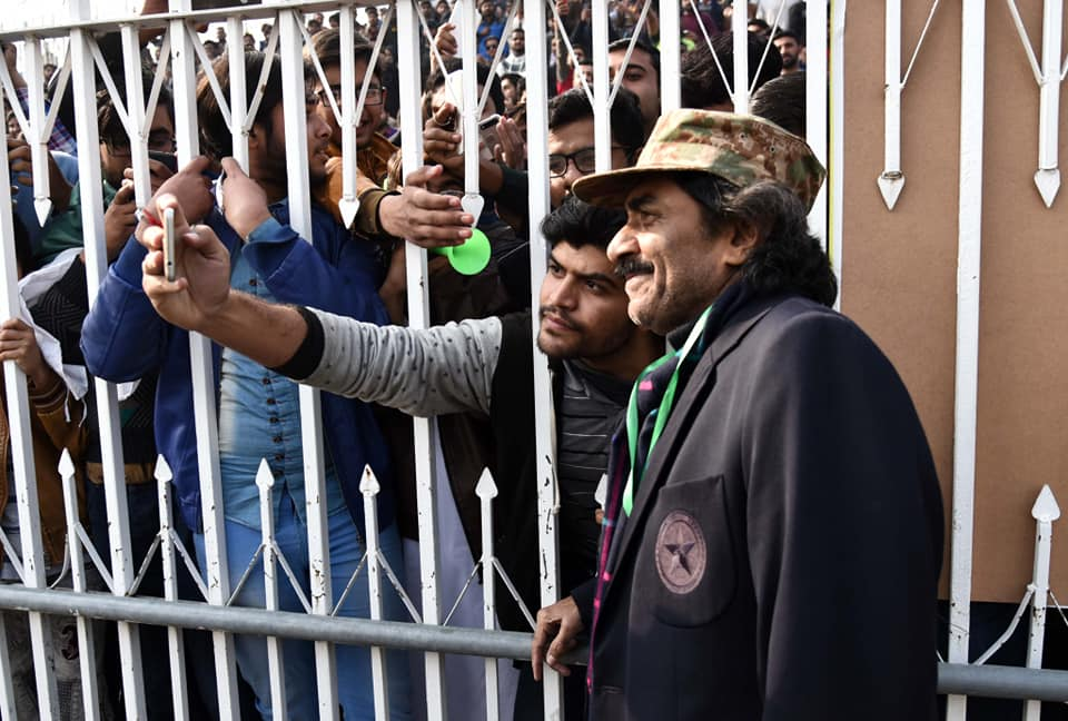 Batting Legend Javed Miandad Meets His Fans