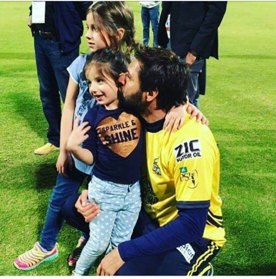 Boom boom afridi with daughters
