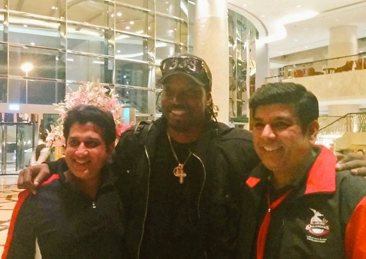 Chris Gayle With Supporters - Lahore Qalandars