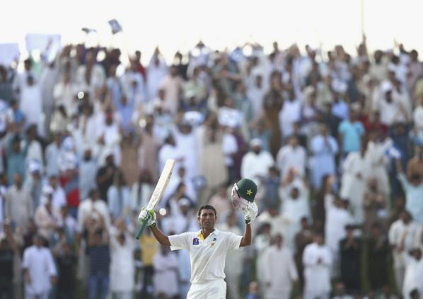 Crowd Saluted Younus Khan