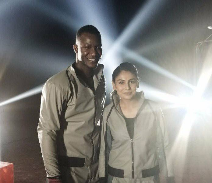 Darren Sammy With Pakistan Women's Cricketer Kainat Imtiaz
