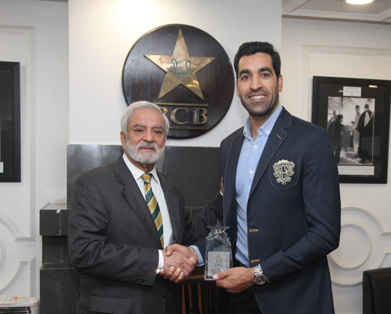 Ehsan Mani Honoured Umar Gul With A Crystal Plaque During The Third T20I