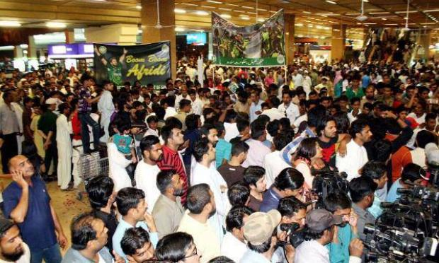 Fans Gather at Karachi Airport to Welcome Pakistan Cricket team players