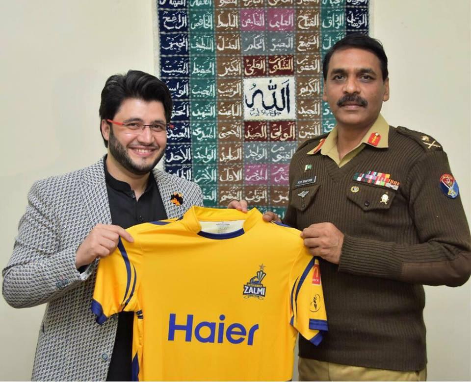 Javed Afridi Presented Peshawar Zalmi Jersey To DG ISPR