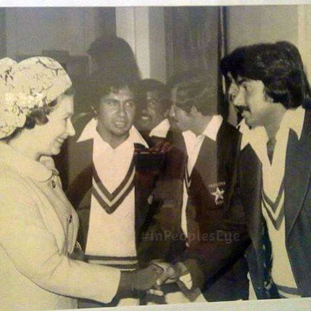 Javed Miandad Shaking Hand With Queen Elizabeth