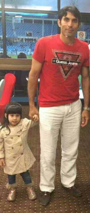 Misbah Ul Haq With His Daughter In Stadium