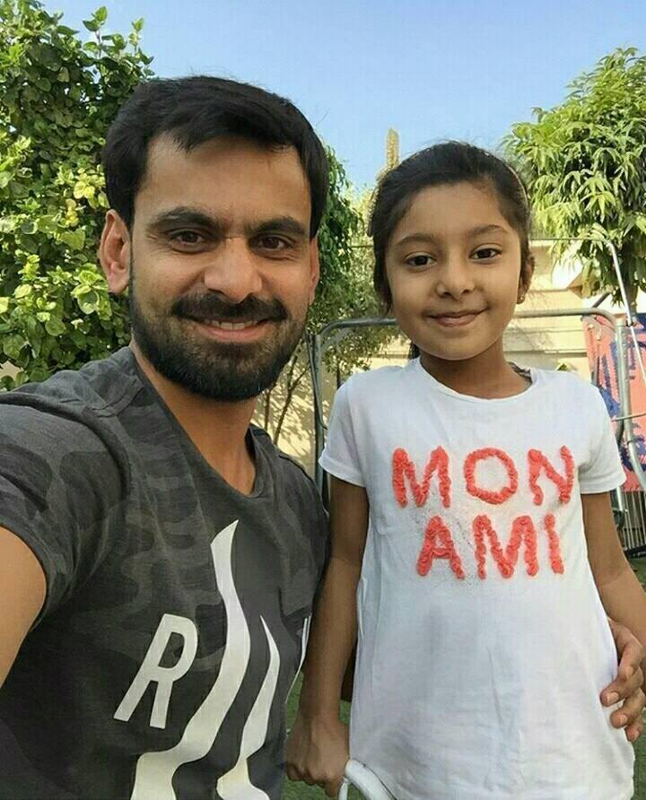 Mohammad Hafeez with his Daughter