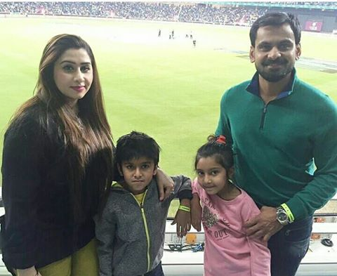 Mohammed Hafeez and his ‪Family‬ enjoying PSL final