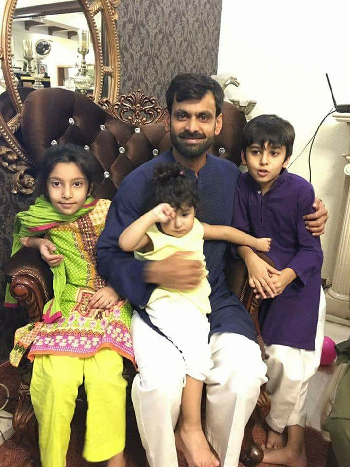 Muhammad Hafeez With His Kids On Eid