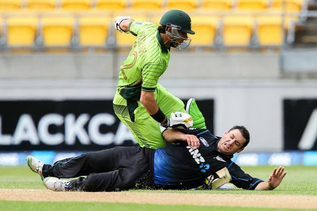 Nathan McCullum Collides With Misbah-ul-Haq