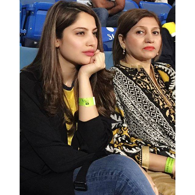 Neelum Munir With Her Mother In Sharjah During Match