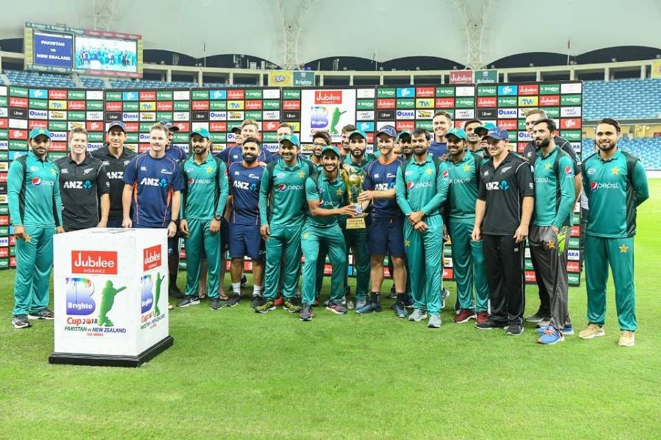 Pakistan & NZ Players With ODI Series Trophy After Level The Series