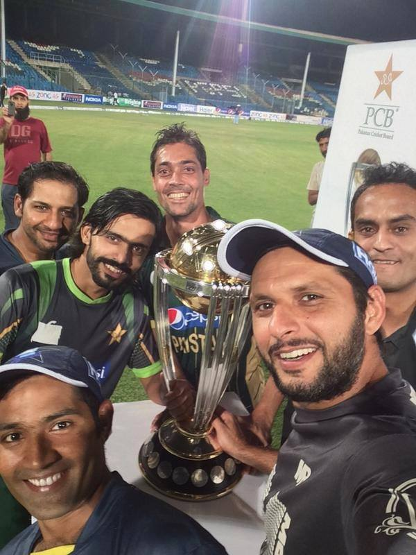 Pakistani Cricketers With ICC World Cup Trophy 2015