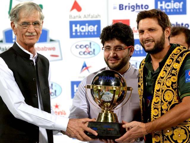 Pervez Khattak Presenting Trophy To Shahid Afridi