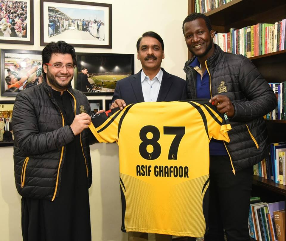 Sammy & Javed Afridi Presenting Peshawar Zalmi Jersey To DG ISPR