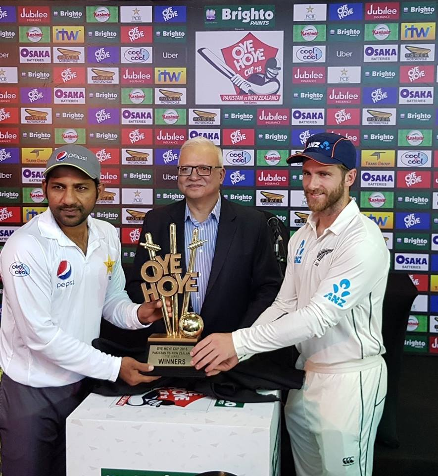 Sarfraz Ahmed & Kane Williamson With Test Series Trophy