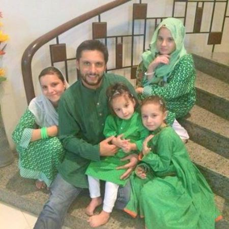 Shahid Afridi Celebrate Independence Day With His Daughters