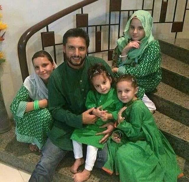 Shahid Afridi Celebrating Jashn e Azaadi With His Daughters
