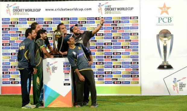 Shahid Afridi, Fawad Alam, Sarfraz Ahmed & Anwar Ali pose with ICC World Cup 2015 Trophy