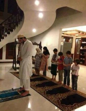 Shahid Afridi Offering Namaz At Home