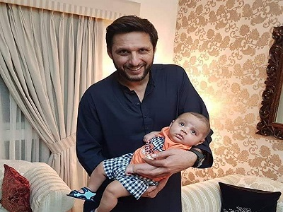 Shahid Afridi Poses With His Daughter