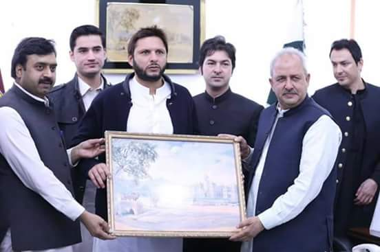 Shahid Afridi Receiving Portrait From VC Islamia College Peshawar