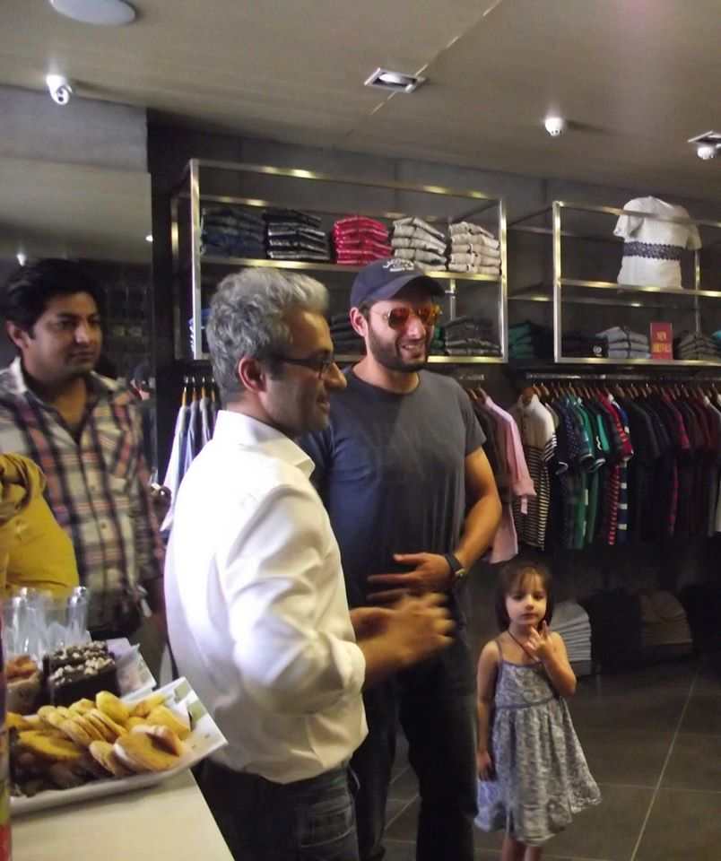Shahid Afridi Spotted At Yellow Store In Lahore