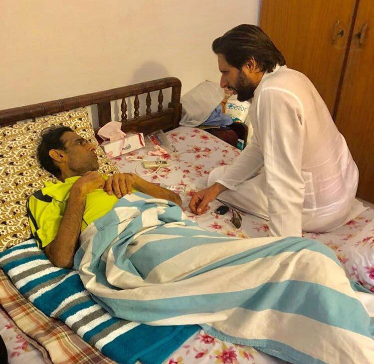 Shahid Afridi Visited Former Pakistan Hockey Player Mansoor Ahmed