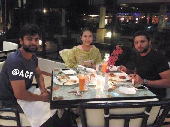 Shahid Afridi With Ahmed Shehzad In Bangladesh Having Dinner