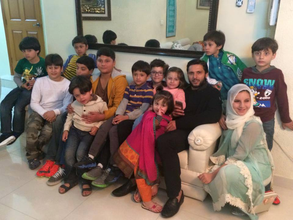 Shahid Afridi With Family Kids