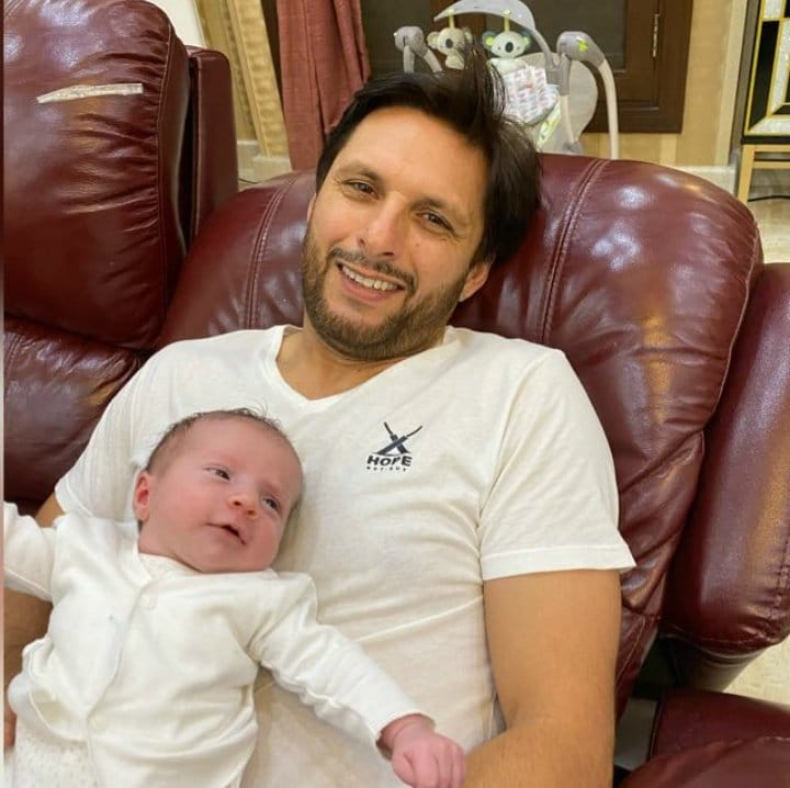 Shahid Afridi With His Daughter Arwa Afridi