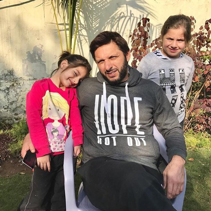 Shahid Afridi With His Daughters