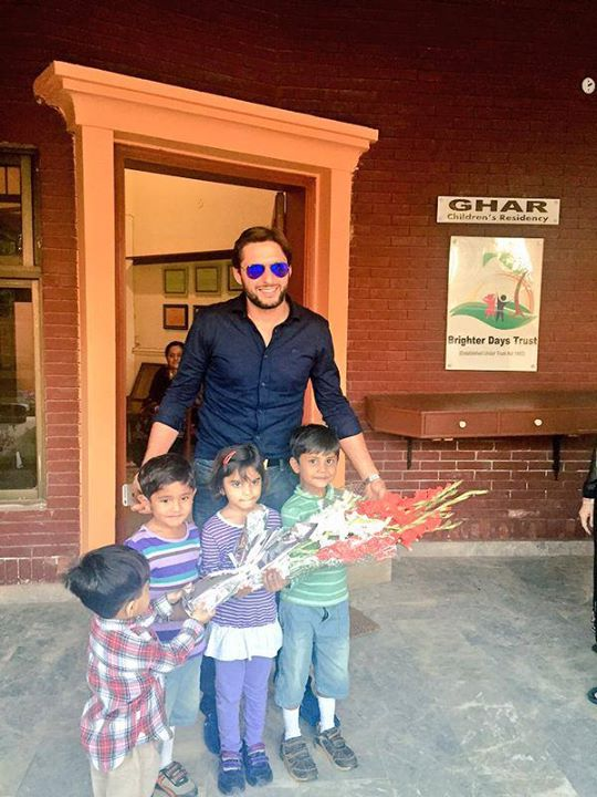 Shahid Afridi With Kids Of Brighter Days Trust