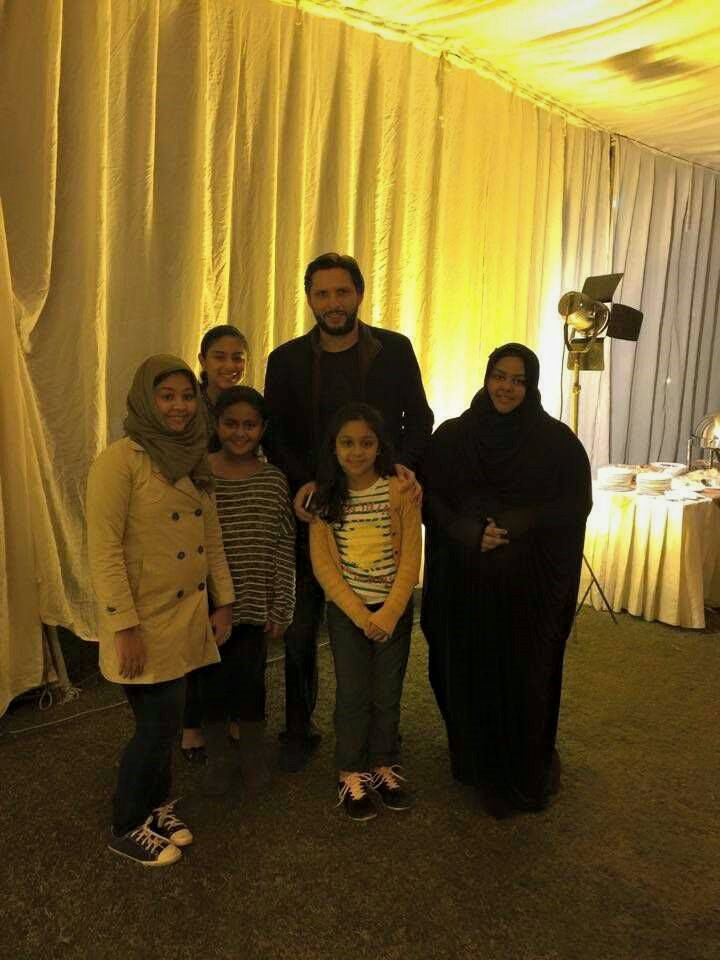 Shahid Afridi With Mushtaq Ahmad And Waqar Younis Daughters