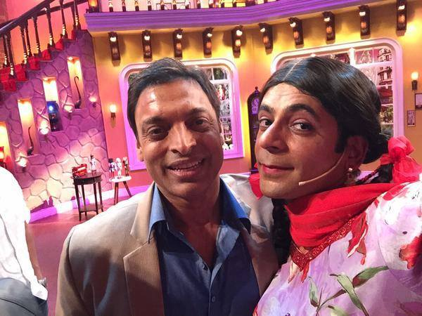 Shoaib Akhtar With Gutthi At Comedy Nights With Kapil