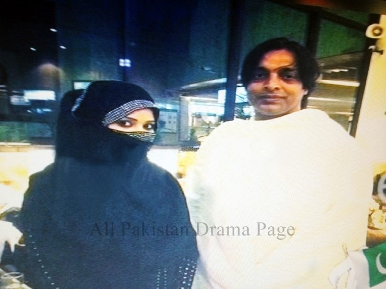 Shoaib Akhtar With His Wife On Hajj