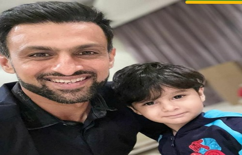 Shoaib Malik Spending Rest Days Of Cricket With His Son